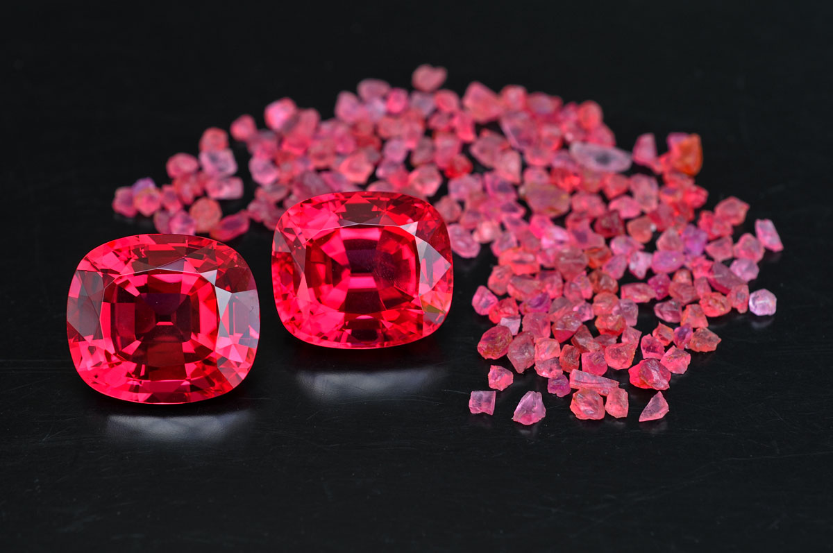 Girls from Ipanko Oo la la. Spectacular faceted red spinels from the 2007 Mahenge strike at Ipanko, along with their uncut brethren. At the 2008 Basel Fair, a stunning set with more than 15 stones from 15–40 carats sold for a record price. Two of the faceted stones from that set are shown above.